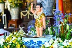 El cumpleaños del ` s de Buda de la estatua en templo es luces ecorated, flores coloridas Fotos de archivo libres de regalías