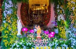 El cumpleaños del ` s de Buda de la estatua en templo es luces ecorated, flores coloridas Imagenes de archivo