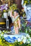 El cumpleaños del ` s de Buda de la estatua en templo es luces ecorated, flores coloridas Imagen de archivo libre de regalías