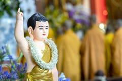 El cumpleaños del ` s de Buda de la estatua en templo es luces ecorated, flores coloridas Fotografía de archivo libre de regalías