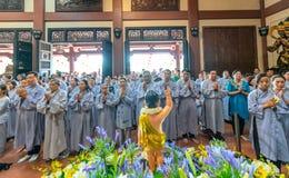 El cumpleaños del ` s de Buda de la estatua en templo es luces ecorated, flores coloridas Foto de archivo