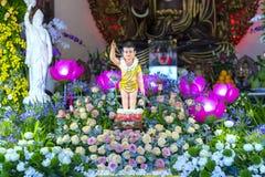 El cumpleaños del ` s de Buda de la estatua en templo es luces ecorated, flores coloridas Imagen de archivo