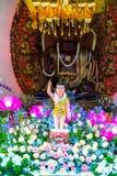 El cumpleaños del ` s de Buda de la estatua en templo es luces ecorated, flores coloridas Foto de archivo libre de regalías