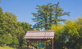 El cumpleaños hincha con el número dos en parque de la ciudad Imagenes de archivo