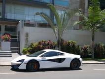 El cupé blanco y negro de McLaren 570S parqueó en Lima Fotografía de archivo libre de regalías