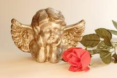 El Cupid con se levantó Foto de archivo libre de regalías