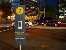 El curbside móvil del ` s de McDonald escoge para arriba firma la porción adentro partking fotografía de archivo