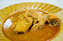El curry del pollo come con roti Foto de archivo