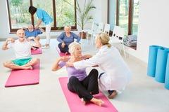 El curso mayor hace la fisioterapia y Rehasport fotos de archivo libres de regalías
