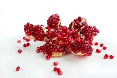El Cut-up disecó la granada sabrosa de la fruta del granate con isola de las semillas Fotografía de archivo