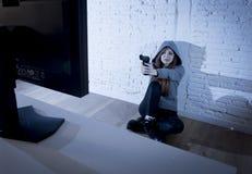 El cyberbullying sufridor abusado adolescente de Internet asustado defendiéndose que señala el arma al cálculo Fotografía de archivo