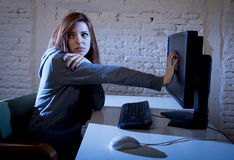 El cyberbullying sufridor abusado adolescente femenino de Internet asustado deprimido en la expresión de la cara del miedo Fotografía de archivo libre de regalías