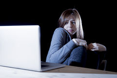 El cyberbullying sufridor de la muchacha del adolescente asustado y presionado expuesto al acoso cibernético el tiranizar y de In Fotografía de archivo libre de regalías