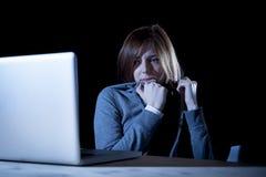 El cyberbullying sufridor de la muchacha del adolescente asustado y presionado expuesto al acoso cibernético el tiranizar y de In Foto de archivo libre de regalías