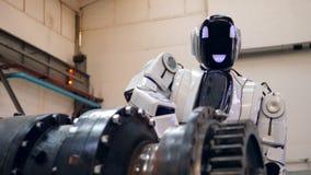 El Cyborg está perforando el artículo del metal en la fábrica almacen de video