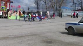 El día de alumnos del ` s de Rusia está llevando la bandera rusa a lo largo de los soportes almacen de metraje de vídeo