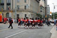 El día de Canadá guarda sostener el indicador de Natioanl en Ottawa Imagen de archivo
