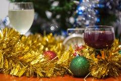 El día de fiesta de la celebración de la Navidad y del Año Nuevo registra con el glasse dos Fotografía de archivo