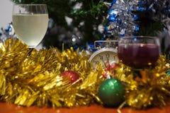 El día de fiesta de la celebración de la Navidad y del Año Nuevo registra con el glasse dos Imagen de archivo libre de regalías