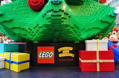 El día de fiesta de la Navidad celebró abajo debajo en Sydney con las decoraciones de Lego Imagen de archivo