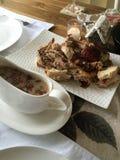 El día de fiesta de la Navidad coció la cena de Turquía con la salsa de arándano en un ajuste de la tabla Imagenes de archivo