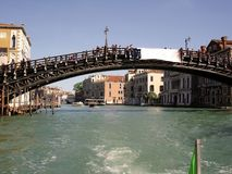 El día de fiesta del carnaval de Venecia canaliza los puentes de los carnavales foto de archivo libre de regalías