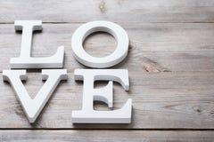 El día de fiesta del día de tarjetas del día de San Valentín pone letras al mensaje de texto para amar el fondo de la tarjeta Imagen de archivo libre de regalías