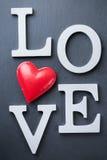 El día de fiesta del día de tarjetas del día de San Valentín pone letras al mensaje de texto para amar el fondo de la tarjeta Foto de archivo