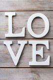 El día de fiesta del día de tarjetas del día de San Valentín pone letras al mensaje de texto para amar el fondo de la tarjeta Imagenes de archivo