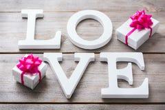 El día de fiesta del día de tarjetas del día de San Valentín pone letras al mensaje de texto para amar el fondo de la tarjeta Fotos de archivo libres de regalías