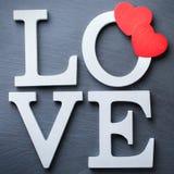 El día de fiesta del día de tarjetas del día de San Valentín pone letras al mensaje de texto para amar el fondo de la tarjeta Imágenes de archivo libres de regalías