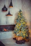 El día de fiesta hermoso adornó el sitio con el árbol de navidad imágenes de archivo libres de regalías