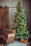 El día de fiesta hermoso adornó el sitio con el árbol de navidad imagen de archivo libre de regalías