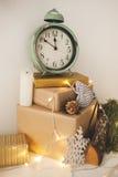 El día de fiesta hermoso adornó el sitio para la Navidad con el reloj Imagen de archivo libre de regalías