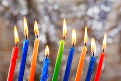 El día de fiesta judío Tallit que enciende Jánuca mira al trasluz la celebración