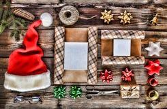 El día de fiesta de la Navidad del Año Nuevo se opone para los regalos que embalan paquetes y regalos por el Año Nuevo accesorios Imagenes de archivo