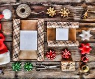 El día de fiesta de la Navidad del Año Nuevo se opone para los regalos que embalan paquetes y regalos por el Año Nuevo accesorios Imagen de archivo libre de regalías
