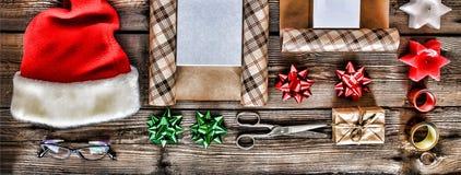 El día de fiesta de la Navidad del Año Nuevo se opone para los regalos que embalan paquetes y regalos por el Año Nuevo accesorios Fotos de archivo libres de regalías
