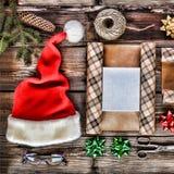 El día de fiesta de la Navidad del Año Nuevo se opone para los regalos que embalan paquetes y regalos por el Año Nuevo accesorios Foto de archivo