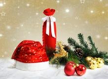 El día de fiesta de la Navidad y del Año Nuevo presenta el ajuste con el sombrero de Papá Noel celebración Imagen de archivo