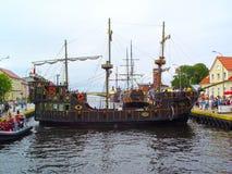 El día de fiesta viaja, travesía turística en una nave vieja fotografía de archivo