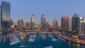 El día de la aleación de aluminio de los rascacielos del puerto deportivo de Dubai al timelapse de la noche, el puerto con los ya almacen de metraje de vídeo