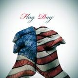 El día de la bandera y el hombre abrocharon las manos modeladas con la bandera americana Imagen de archivo libre de regalías