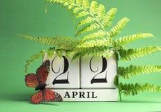 El Día de la Tierra, salva el calendario de bloque blanco de la fecha, 22 de abril - tema verde. Imágenes de archivo libres de regalías