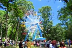 El día de los niños en parque de atracciones Imagen de archivo