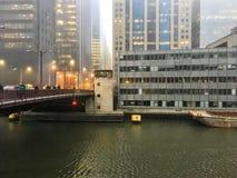 El día de niebla en Chicago céntrica como viajeros acomete abajo del puente de Randolph Street Fotografía de archivo libre de regalías