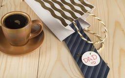 El día de padre feliz, taza de café, regalo, lazo, papá de la etiqueta Fotografía de archivo libre de regalías