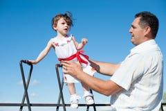 El día de padre, padre, hija, hombre, muchacha, bebé, paseo, tren, juego, amor Fotografía de archivo libre de regalías