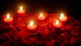 El día de San Valentín del día de fiesta con la quema de la vela de la cantidad y los pétalos florecen almacen de metraje de vídeo