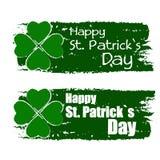 El día de St Patrick feliz con la muestra del trébol, pone verde banderas exhaustas